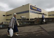 Покупатели идут мимо супермаркета Лента в Москве 29 мая 2013 года. Российская сеть гипермаркетов Лента, частично принадлежащая американской частной инвестиционной компании TPG и ВТБ Капиталу, объявила о намерении провести IPO. REUTERS/Maxim Shemetov