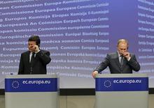 Владимир Путин (справа) и глава Еврокомиссии Жозе Мануэль Баррозу на пресс-конференции в Брюсселе 24 февраля 2011 года. Спор Европы с Google и Газпромом близится к развязке. REUTERS/Yves Herman
