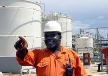 Танзанийский инженер на газоперерабатывающем заводе на острове Сонго-Сонго в 225 км к югу от Дар-эс-Салама 27 января 2005 года. Газпром провел переговоры с представителями Танзании и изучает возможность добычи природного газа на офшорных месторождениях и суше восточноафриканской страны, сообщил подконтрольный правительству газэкспортный монополист. REUTERS/Emmanuel Kwitema
