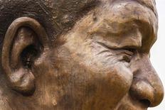 Le gouvernement sud-africain entend retirer un petit lapin en bronze placé malicieusement par des sculpteurs dans l'oreille d'une statue géante de Nelson Mandela inaugurée en décembre à Pretoria. Les sculpteurs Ruhan van Vuuren et Andre Prinsloo ont expliqué avoir placé le petit lapin en guise de marque de fabrique, les autorités leur ayant interdit de signer leur oeuvre. /Photo prise le 21 janvier 2014/REUTERS
