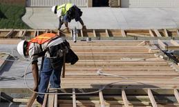 Unos trabajadores en las obras de construcción de una vivienda en Lancaster, EEUU, mar 22 2010. - El gasto en construcción de Estados Unidos creció modestamente en diciembre, a su máximo desde marzo del 2009, pues un incremento en los proyectos residenciales privados contrarrestó la debilidad de la construcción pública. REUTERS/Mario Anzuoni