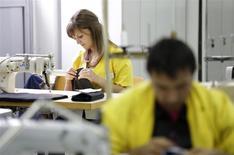 Una costurera trabaja con una máquina de coser en una planta en Gotse Delchev, Bulgaria, mayo 9 2013. El crecimiento global de la actividad manufacturera presentó pocos cambios el mes pasado en relación a diciembre, puesto que el ritmo de las nuevas órdenes permaneció cerca de sus niveles elevados, mostró el lunes un reporte. REUTERS/Stoyan Nenov