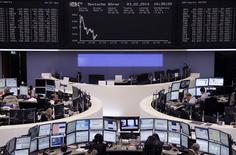 Un grupo de operadores en sus puestos de trabajo en la bolsa de comercio de Fráncfort, feb 3 2014. - Las acciones europeas cayeron el lunes a su nivel más bajo en más de un mes, golpeadas por datos que mostraron que la economía de China está perdiendo vigor y por crecientes temores sobre el impacto en los resultados corporativos de las turbulencias en los mercados emergentes. REUTERS/Remote/Stringer