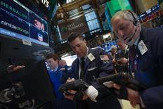 Wall Street a terminé en nette baisse lundi, affectée par des statistiques indiquant un ralentissement de la croissance dans le secteur manufacturier américain. L'indice S&P-500 (-2,28%) a subi sa plus forte perte en pourcentage depuis juin, tandis que le Nasdaq (-2,61%) a fini sous les 4.000 points pour la première fois depuis décembre. Le Dow Jones a perdu 2,08%. /Photo prise le 3 février 2014/REUTERS/Brendan McDermid