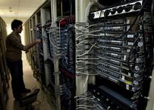 Les géants d'internet Facebook, Microsoft, Yahoo et Google ont commencé à publier lundi des détails sur le nombre de requêtes judiciaires qu'ils ont reçues secrètement de la part des autorités américaines dans le cadre du scandale des écoutes de la NSA, en espérant montrer que leur rôle est resté limité. /Photo d'archives/REUTERS/Caren Firouz