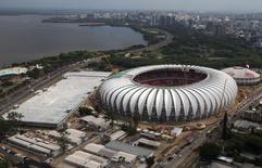 Vista aérea do estádio Beira-Rio, em Porto Alegre, onde foram retirados 10 projetos de mobilidade da matriz de responsabilidade da Copa do Mundo. Foto de 30/01/2014 REUTERS/Edison Vara