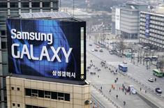 Реклама Samsung на крыше офисного здания в Сеуле 5 апреля 2013 года. Samsung Electronics Co представит новую версию своего флагманского смартфона Galaxy S в этом месяце, но новым опциям вроде большего экрана будет сложно привести к резкому скачку продаж на фоне интенсивной конкурентной борьбы. REUTERS/Lee Jae-won