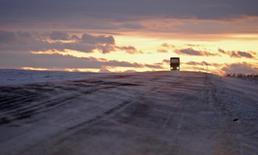 Грузовик проезжает по шоссе около села Новоселово Красноярского края 28 ноября 2009 года. Крупнейший производитель грузовиков в РФ Камаз снизил продажи на внутреннем рынке на 2,7 процента до 38.070 автомобилей, сообщил представитель компании во вторник. REUTERS/Ilya Naymushin