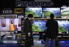 Panasonic a plus que triplé son bénéfice trimestriel, une performance qui vient justifier la décision du groupe japonais de s'éloigner de l'électronique grand public pour se réinventer en fournisseur d'équipements de haute technologie pour les voitures et les logements. /Photo prise le 3 février 2014/REUTERS/Yuya Shino