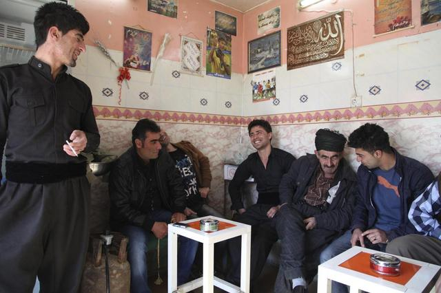 Iraqi Kurdish men chat at a tea house in the Kurdish town of Halabja, near Sulaimaniya, 260 km (160 miles) northeast of Baghdad, February 1, 2014. REUTERS/Yahya Ahmad