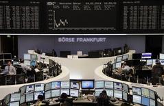 Les Bourses européennes perdent encore du terrain à la mi-séance, dans des marchés toujours affectés par les inquiétudes sur la croissance mondiale et par quelques résultats décevants. À Paris, le CAC 40 perd 0,28% à 4.097,23 points vers 12h00 GMT. À Francfort, le Dax cède 1,1% et à Londres, le FTSE 0,45%. /Photo prise le 4 février 2014/REUTERS/Remote