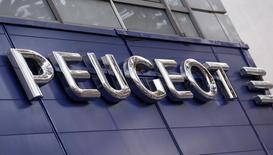 Le titre PSA Peugeot Citroën recule de 1,75% vers 13h20. Au même moment, le CAC 40 perd 0,11% à 4.103,63 points. Le projet d'alliance entre le constructeur et Dongfeng suscite la réticence de l'Association de défense des actionnaires minoritaires (Adam), favorable à une recapitalisation du groupe par les banques sans l'intervention du groupe chinois et de l'Etat français. /Photo d'archives/REUTERS/Jacky Naegelen