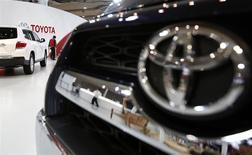 Toyota Motor Corp elevó su previsión de ganancia operativa para este ejercicio en un 9 por ciento a un máximo histórico en momentos en que el yen, que se ha depreciado un 9 por ciento contra al dólar en el año financiero, ha impulsando las ganancias de la automotriz orientada a la exportación. REUTERS/Yuya Shino (JAPAN - Tags: TRANSPORT BUSINESS)