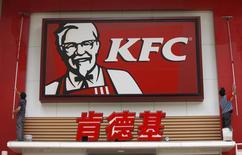 Yum!Brands, propriétaire de KFC, à suivre mardi sur les marchés américains. Le groupe a confirmé ses prévisions pour 2014, alors même qu'un retour apparent de la grippe aviaire en Chine, son principal marché, suscite quelques interrogations. /Photo d'archives/REUTERS