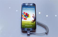 Un teléfono Galaxy S4 de Samsung en su lanzamiento en el Radio City Music Hall en Nueva York, mar 14 2013. Samsung Electronics presentará la nueva versión de su teléfono insignia Galaxy S este mes, pero las expectativas de que características como una pantalla más grande logren un salto cualitativo en las ventas son bajas, ya que la competencia es muy intensa. REUTERS/Adrees Latif