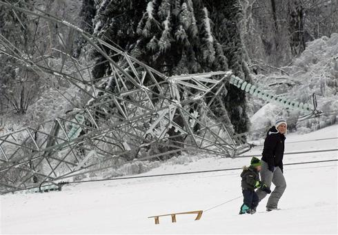 Slovenia paralyzed by thick ice, more snow forecast
