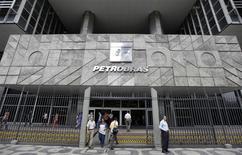 Pessoas caminham em frente à sede da Petrobras no Rio de Janeiro. Os volumes recordes de importação de gás pela Petrobras deverão se repetir em 2014, diante da seca prolongada que afeta reservatórios das hidrelétricas e determina o despacho de térmicas a gás, numa situação já vivenciada no ano passado. 24/09/2010 REUTERS/Bruno Domingos