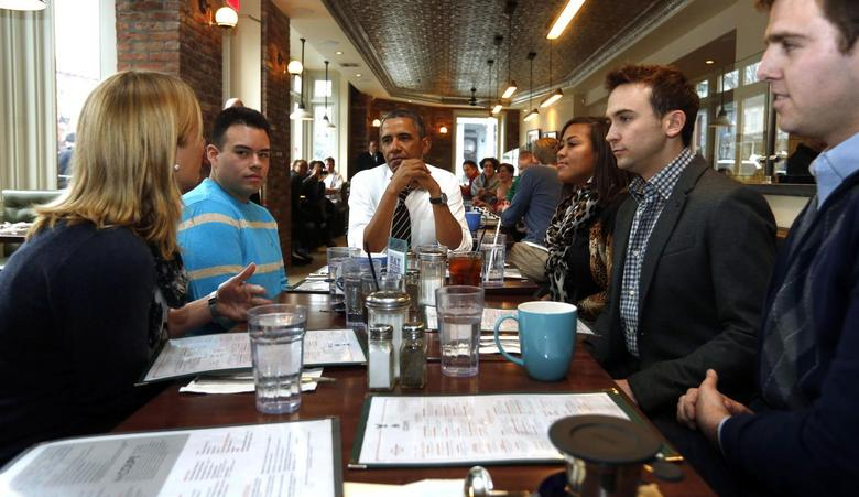 U.S. President Barack Obama has lunch with five supporters of Obamacare at The Coupe restaurant in Washington, January 10, 2014. REUTERS/Larry Downing