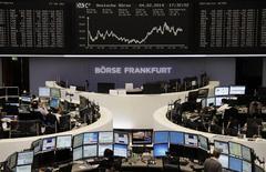 Unos operadores en sus puestos de trabajo en la Bolsa de Comercio de Fráncfort, feb 4 2014. Las acciones europeas bajaron el martes golpeadas por decepcionantes resultados corporativos de empresas como el fabricante de procesadores ARM y la firma de telecomunicaciones KPN. REUTERS/Remote/Stringer