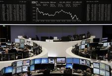 Unos operadores en sus puestos de trabajo en la Bolsa alemana en Fráncfort, feb 3 2014. Las acciones europeas cerraron en baja el martes, extendiendo las profundas caídas recientes y golpeadas por decepcionantes resultados corporativos de empresas como el fabricante de procesadores ARM y la firma de telecomunicaciones KPN. REUTERS/Remote/Stringer