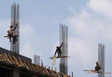 Chantier dans le quartier d'affaires de Djakarta. L'Indonésie, principale économie d'Asie du Sud-Est, a enregistré en 2013 une croissance de 5,8%, la plus faible depuis 2009. /Photo d'archives/REUTERS/Beawiharta