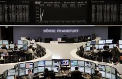 Помещение Франкфуртской фондовой биржи 5 февраля 2014 года. Европейские фондовые рынки растут после двухнедельной распродажи, хотя опасения за рост мировой экономики и валюты развивающихся стран сохраняются. REUTERS/Remote/Stringer