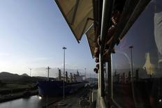 Un cargo dans le canal de Panama. Les négociations sur de nouveaux financements pour poursuivre le chantier de l'agrandissement de ce canal, un des points de passage clés du commerce maritime mondial, ont été rompues. L'Autorité du Canal de Panama (APC) est à l'origine de la rupture du contrat remporté en 2007 par un consortium de groupes de construction emmené par l'espagnol Sacyr. /Photo prise le 4 février 2014/REUTERS/Carlos Jasso