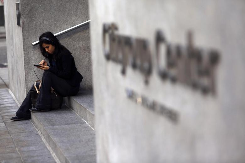 A woman uses a smartphone in the financial district in San Francisco, California November 6, 2013. REUTERS/Robert Galbraith