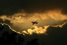 La bataille du fret se gagnera sur le haut de gamme pour les compagnies aériennes européennes, confrontées à la concurrence de compagnies du Golfe, aux moyens et aux ambitions gargantuesques, ainsi qu'à celle du transport maritime, plus lent mais très économique. /Photo d'archives/REUTERS/B Mathur