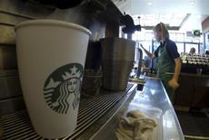 Una empleada prepara bebidas al interior de una cafetería de la cadena Starbucks en Fountain Valley, EEUU, ago 22 2013. El crecimiento del sector servicios de Estados Unidos se aceleró en enero al máximo en cuatro meses y las contrataciones continuaron robustas, mostró el miércoles un reporte del sector. REUTERS/Mike Blake