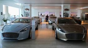 Le constructeur automobile Aston Martin va rappeller en atelier 17.590 voitures, soit la majorité de sa production des six dernières années, après avoir découvert qu'un sous-traitant d'un fournisseur chinois utilisait du plastique de contrefaçon pour fabriquer un composant. /Photo prise le 19 octobre 2013/REUTERS/Fadi Al-Assaad