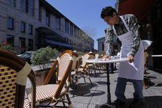 Un mesero limpia una mesa en la calle Boylston en Boston, EEUU, abr 25 2013. El crecimiento repuntó en el vital sector de servicios de Estados Unidos en enero, con una fortaleza sostenida en las contrataciones del sector privado, lo que sugiere que la economía de Estados Unidos logró avanzar pese al intenso invierno que se vivió en el país en las últimas semanas. REUTERS/Jessica Rinaldi