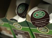 Coca-Cola a déboursé 1,25 milliard de dollars (924 millions d'euros) pour entrer à hauteur de 10% dans le capital de Green Mountain Coffee Roasters, le fabricant des machines à capsules de café Keurig. /Photo d'archives/REUTERS/Brendan McDermid