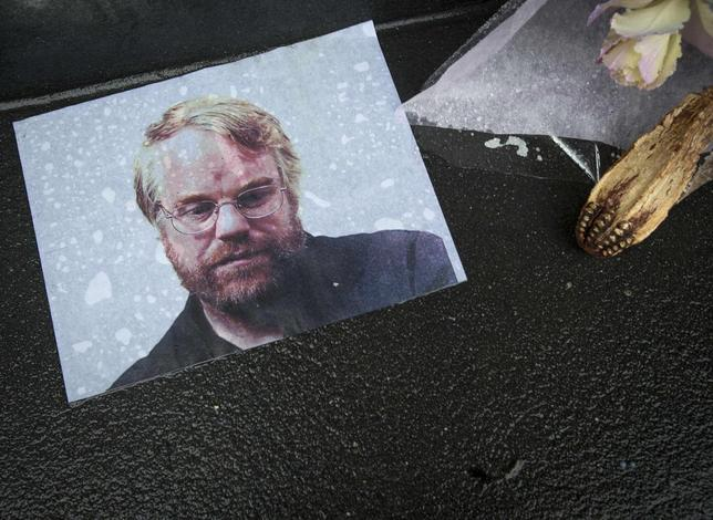 A photo of actor Philip Seymour Hoffman is pictured as part of a makeshift memorial in front of his apartment building in New York February 3, 2014. REUTERS/Carlo Allegri