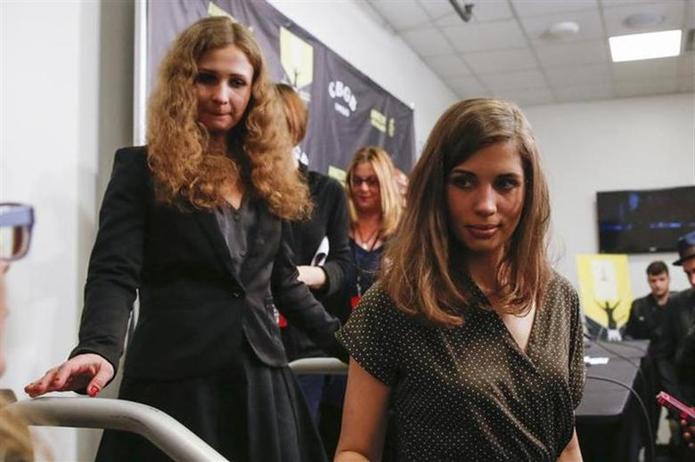 Nadezhda Tolokonnikova (R) and Maria Alyokhina, members of Russian punk rock band Pussy Riot, leave following a news conference before the Amnesty International Bringing Human Rights Home concert in New York February 5, 2014. REUTERS/Shannon Stapleton
