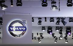 Volvo, le deuxième constructeur mondial de camions, va supprimer 4.400 postes après une hausse moins marquée qu'attendu de son bénéfice courant au quatrième trimestre, conséquence des fluctuations des devises et du coût du lancement de nouveaux modèles. /Photo prise le 10 septembre 2013/REUTERS/Pawel Kopczynski