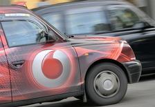 """Le deuxième opérateur mondial de téléphonie mobile Vodafone est confiant dans un début d'amélioration de ses performances grâce à l'essor des services """"4G"""", après une baisse de 4,8% de son chiffre d'affaires organique fin 2013. /Photo prise le 12 novembre 2013/REUTERS/Toby Melville"""