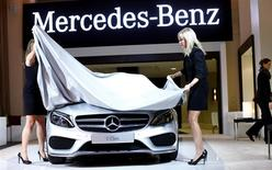 Au salon de l'automobile de Detroit. Le résultat courant de Daimler a augmenté de 45% et ressort supérieur aux attentes pour le quatrième trimestre 2013, de nouveaux modèles ayant permis une amélioration des marges de sa filiale Mercedes-Benz. /Photo prise le 12 janvier 2014/REUTERS/Joshua Lott