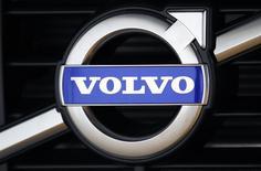 Логотип Volvo на модели XC60 в шоуруме близ штаб-квартиры компании в Гетеборге 20 мая 2010 года. Второй крупнейший производитель грузовиков в мире Volvo более чем вдвое увеличил число увольняемых работников после объявления квартальной прибыли ниже прогнозов. REUTERS/Bob Strong