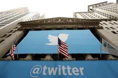 Логотип Twitter на фасаде здания Нью-Йоркской фондовой биржи 7 ноября 2013 года. Twitter Inc сообщила о самом медленном росте числа пользователей за недавнюю историю компании, подорвав веру инвесторов в то, что сеть микроблогов сможет поддерживать активную экспансию, и потеряв практически пятую часть стоимости на внебиржевых торгах. REUTERS/Lucas Jackson
