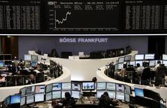 Помещение Франкфуртской фондовой биржи 6 февраля 2014 года. Европейские фондовые рынки растут благодаря хорошим квартальным результатам крупных компаний и накануне решения Европейского центрального банка о процентных ставках. REUTERS/Remote/Stringer
