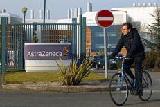 Мужчина выезжает с территории исследовательского центра AstraZeneca в Лафборо 2 марта 2010 года. Британская фармацевтическая компания AstraZeneca ждет, что в 2014 году доходы продолжат сокращаться из-за конкуренции с дженериками ее популярного лекарства Nexium, которая с мая начнет поглощать значительную часть прибыли. REUTERS/Darren Staples