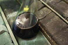Пробирка с нефтью на складе Тюменского нефтяного научного центра 12 февраля 2013 года. Россия может почти вдвое увеличить оценку запасов нетрадиционной нефти и довести ее до 40 миллиардов тонн, сказал министр природных ресурсов Сергей Донской в четверг. REUTERS/Maxim Shemetov