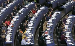Le Parlement européen a confirmé jeudi son refus de l'accord conclu le 18 décembre dernier entre les gouvernements de l'UE sur les modalités de restructuration et de fermeture des banques en difficulté de la zone euro. Les eurodéputés n'ont cependant pas conclu leur procédure de vote, laissant la porte ouverte à des négociations avec le Conseil en vue de parvenir à un accord en première lecture avant les élections européenne de mai prochain. /Photo prise le 6 février 2014/REUTERS/Vincent Kessler