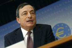 El presidente del BCE, Mario Draghi, durante la conferencia de prensa mensual del banco en Fráncfort, ene 9, 2014. El Banco Central Europeo mantuvo el jueves sin cambios su principal tasa de interés en un mínimo histórico de 0,25 por ciento, suspendiendo nuevas medidas de política monetaria para combatir la amenaza de deflación hasta que se conozcan las nuevas proyecciones económicas de su cuerpo técnico el mes próximo. REUTERS/Ralph Orlowski