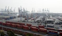 Le port de Long Beach, en Californie. Le déficit de la balance commerciale des Etats-Unis s'est creusé plus qu'attendu en décembre à 38,70 milliards de dollars en raison d'un recul des exportations, ce qui pourrait conduire à une révision à la baisse du chiffre de la croissance du quatrième trimestre. /Photo prise le 4 décembre 2012/REUTERS/Mario Anzuoni
