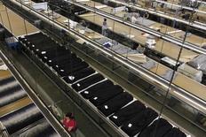Dans une usine à Los Angeles, en Californie. La productivité non-agricole aux Etats-Unis a augmenté plus qu'attendu au quatrième trimestre de 3,2%. Elle a été portée par la croissance soutenue de l'activité globale, mais l'évolution des coûts unitaires de la main d'oeuvre suggère une hausse modérée des salaires. /Photo d'archives/REUTERS/Lucy Nicholson