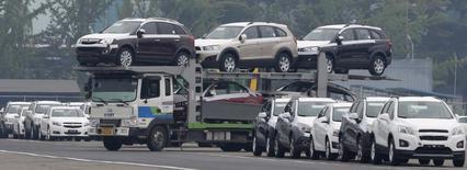 Carros fabricados na linha de montagem da GM na Coreia do Sul, no pátio em Incheon. A General Motors anunciou nesta quinta-feira um lucro mais fraco que o esperado no quarto trimestre, com os resultados na América do Norte, Ásia e América do Sul decepcionando. 09/08/2013 REUTERS/Lee Jae-Won