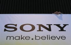 Foto de archivo del logo de Sony en las oficinas centrales de la empresa en Tokio. May 22, 2013. Sony Corp redobló sus esfuerzos por dar un giro a sus poco rentables operaciones de electrónicos al abandonar su negocio de computadoras personales e indicar una posible escisión de su división de televisores en una unidad separada, y advirtió que prevé fuertes pérdidas este año. REUTERS/Toru Hanai (JAPAN - Tags: BUSINESS LOGO) - RTXZW0C