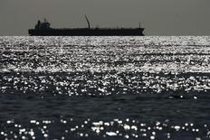 Нефтяной танкер на озере Маракайбо в Венесуэле 1 марта 2008 года. Цены на нефть Brent растут накануне публикации отчета о занятости в США, который позволит инвесторам оценить состояние экономики крупнейшего в мире потребителя нефти. REUTERS/Jorge Silva